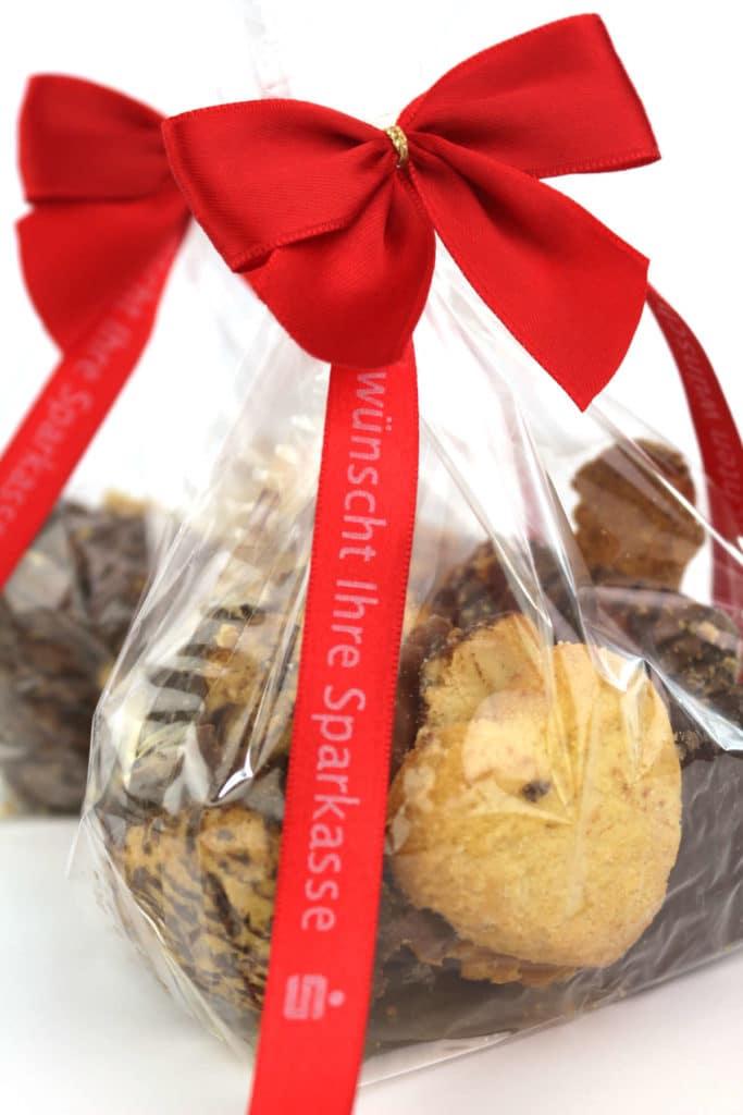 Fertigschleife meets personalisiertes Satinband - weihnachtsgeschenke, personaliserte-bander, geschenkverpackungen, geschenke-leicht-eingepackt