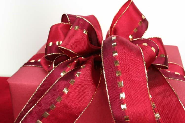 Weihnachtsgeschenke mit Schleifenband verschönern - weihnachtsgeschenke, geschenkverpackungen, geschenke-leicht-eingepackt
