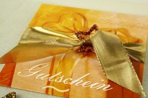 Geschenkgutscheine werden mit Bändern zum richtigen Geschenk - weihnachtsgeschenke, parfumerie, konditoreien, juwelier, geschenkverpackungen, buchhandlung