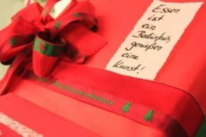 Pralinen und Gebäck mit Geschenkbändern weihnachtlich verpacken - weihnachtsgeschenke, konditoreien, geschenkverpackungen