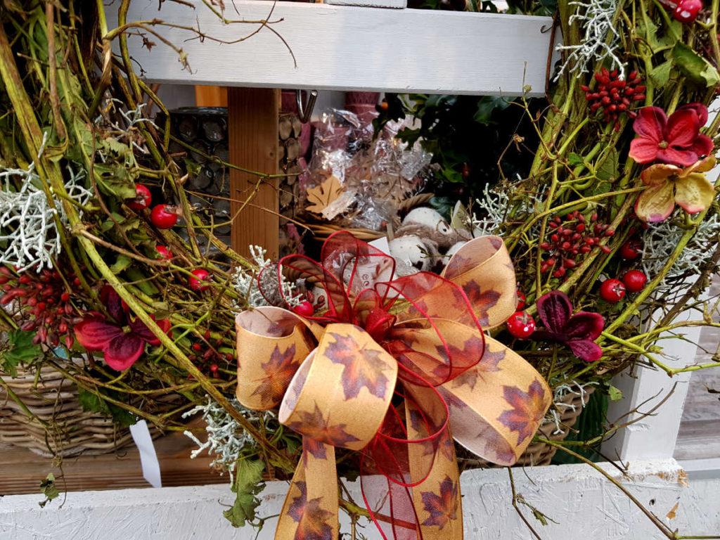 Herbstliche Dekoration mit Geschenkband - tipps-tricks