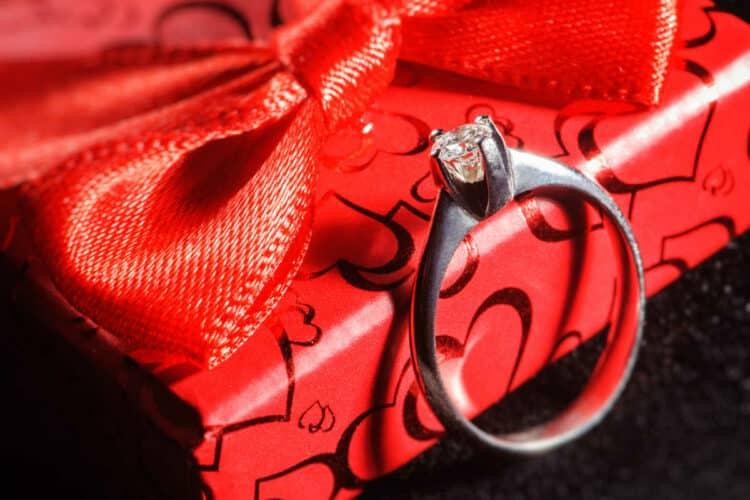 Geschenkverpackung für Juweliere - Geschenkbox mit Geschenkschleife